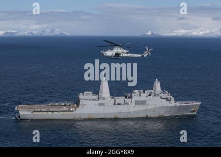 210503-M-JX780-1593 GOLFE DE L'ALASKA (le 3 mai 2021) – Un vipère AH-1Z du corps maritime américain affecté à l'escadron de Tiltrotor de milieu marin 164 (renforcé), la 15e unité expéditionnaire maritime survole le quai de transport amphibie USS Somerset (LPD 25) Comme il manœuvre à travers le golfe de l'Alaska à l'appui de Northern Edge 2021. Les membres du service américain participent à un exercice de formation conjoint organisé par les forces aériennes du Pacifique des États-Unis du 3 au 14 mai 2021, à l'intérieur et au-dessus du complexe de la portée conjointe du Pacifique Alaska, du golfe de l'Alaska et de la zone d'activités maritimes temporaires. NE21 fait partie d'une série de sociétés américaines Indo-Pacific Co