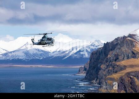 210503-M-JX780-1330 GOLFE DE L'ALASKA (le 3 mai 2021) – Viper AH-1Z du corps des Marines des États-Unis affecté à l'escadron de Tiltrotor moyen marin 164 (renforcé), 15e