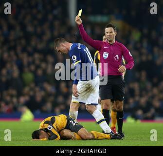 James McCarthy d'Everton reçoit une carte jaune pour son attaque contre Francis Coquelin d'Arsenal (Ground) lors du match de la première ligue anglaise au stade Goodison Park, à Liverpool. Date de la photo : 13 décembre 2016. Photo Simon Bellis/Sportimage via PA Images