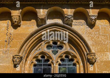 Grottes sculptées sur l'église Saint-Pierre à côté de Stanway House, Cotswolds, Angleterre
