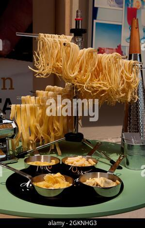 Pâtes fraîchement préparées exposées à l'extérieur du restaurant Dméthadone sur la Piazza della Vittoria à Salò, lac de Garde, province de Brescia, Lombardie, Italie