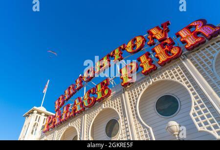 Vue sur le parapente et panneau lors d'une journée ensoleillée sur Brighton Palace Pier, Brighton, East Sussex, Angleterre, Royaume-Uni, Europe