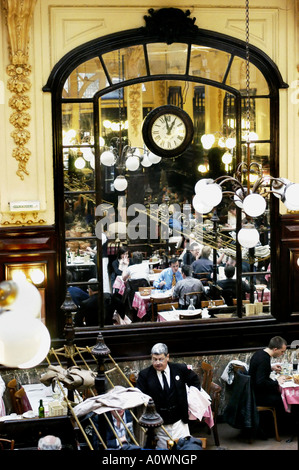 PARIS, France Sommaire personnes partageant le déjeuner dans 'Chartier' 'Local' Restaurant Brasserie Française Budget Banque D'Images