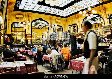 PARIS France, les gens le partage des repas dans une brasserie française 'Chartier Restaurant' à l'intérieur avec Banque D'Images