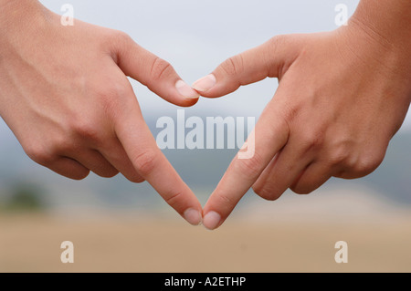 Deux mains la création de cœur, close-up Banque D'Images