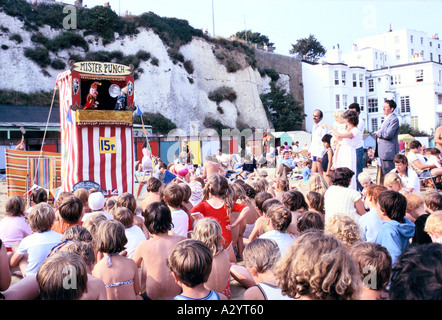 Les enfants regardant un punch judy show à Blackpool Banque D'Images