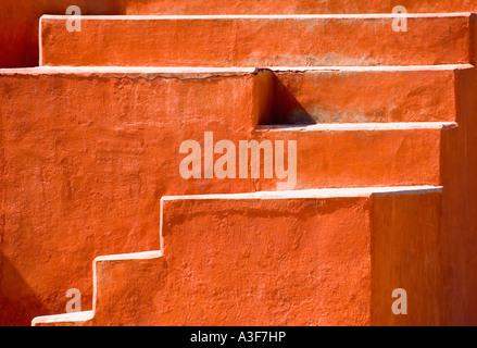 Étapes sur un bâtiment, Jantar Mantar, New Delhi, Inde Banque D'Images