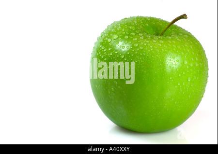 Green Apple couverts dans les gouttelettes d'eau isolé sur fond blanc Banque D'Images