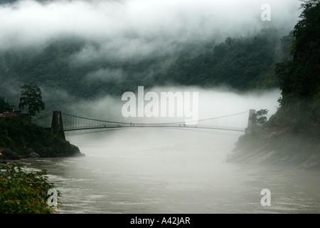 Le brouillard, les nuages flottant sur le lit, par suspension bridge à Rishikesh, Uttranchal, India Banque D'Images