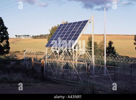 Panneau solaire pour produire de l'électricité téléphone répéteur, Langeberge Cape Province Afrique du Sud Banque D'Images