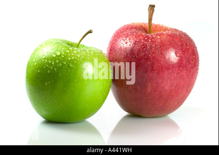 Lire et pomme verte s isolated on white reflective surface Banque D'Images