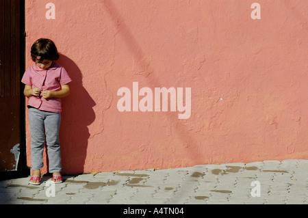 Une jeune fille timide Banque D'Images