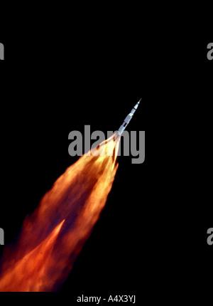 La Saturn V d'Apollo 11 véhicule espace grimpe vers l'orbite après le décollage en direction de la Lune version Banque D'Images
