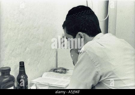 Un jeune homme d'étudier tard dans la nuit Banque D'Images