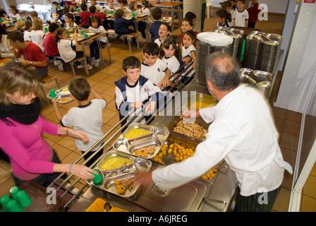 Les repas scolaires cantine saine déjeuner junior service et de l'enfant Les enfants de l'école dans l'état occupé Banque D'Images