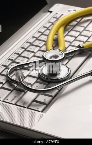 Les médecins de l'hôpital sur le clavier de l'ordinateur stéthoscope Banque D'Images