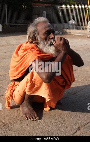 Un sadhu profondément dans la contemplation à l'Arunachalaeshvara Temple complexe à Tiruvannamalai, Tamil Nadu, Banque D'Images