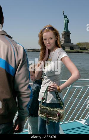 Homme,femme et enfant debout sur un bateau Banque D'Images