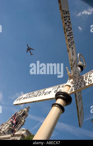 Le centre-ville de Stockport Cheshire avion survolant l'ancien hôtel de ville panneau de raccordement Banque D'Images