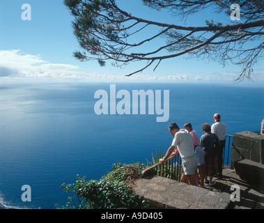 Les touristes d'admirer la vue sur la falaise de Cabo Girao, Madeira, Portugal Banque D'Images
