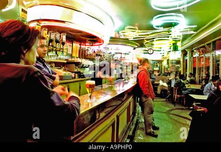 """Cafe De Paris, France adultes Hanging Out Paris Café Bar de la région de Belleville 'Aux Folie's Bar"""" (1950) Design Banque D'Images"""