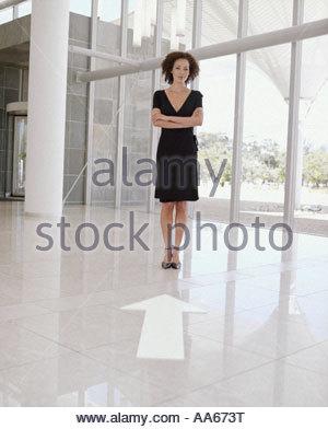 Femme en robe noire avec les bras croisés et de grandes fenêtres avec la flèche pointant vers la Vierge au pied Banque D'Images