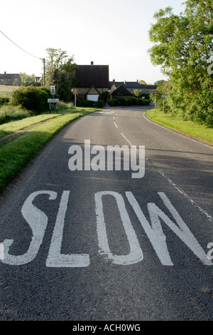 Signe lent sur la saisie de Stoke Goldington, Buckinghamshire, England, UK Banque D'Images
