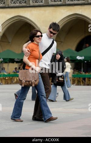 Jeune couple dans la place du marché principale de Cracovie, Pologne Banque D'Images