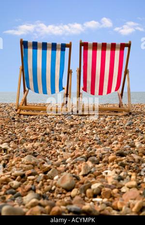 Deux transats sur une plage de galets perspective basse Banque D'Images
