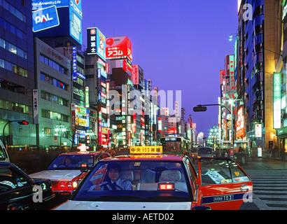 Les taxis et le trafic de pied dans quartier de Ginza de Tokyo la nuit Banque D'Images