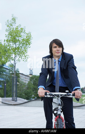 Businessman on bike rire. Banque D'Images