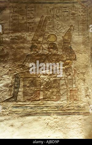 Allégement de la sculpture murale triade de saint Amon Louxor Thèbes avec Dieu Soleil Ra Ramsis II comme Khonso Banque D'Images