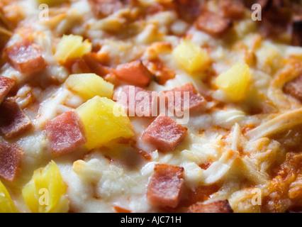 Gros plan de pizzas avec du fromage et de l'ananas cuit jusqu'à brun doré souvent commandés à partir d'un à emporter Banque D'Images