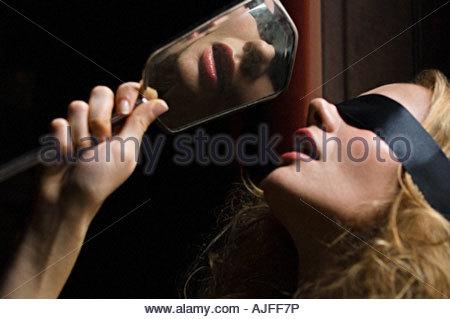 Femme les yeux bandés avec un miroir à main Banque D'Images