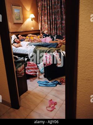 Les jeunes gens qui dorment dans l'hôtel Banque D'Images