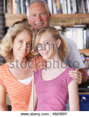 Couple avec girl holding pool cues Banque D'Images