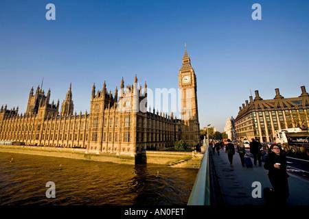 UK London navetteurs traversant le pont de Westminster vers Big Ben St Stephens Tower tôt le matin Banque D'Images
