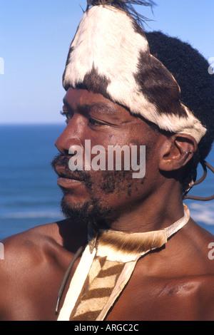 Guerrier Tribal Pondo indigènes en costume national près de Wilderness Afrique du Sud Banque D'Images