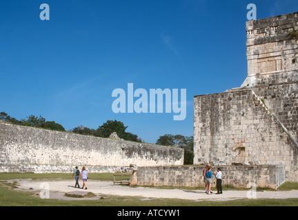 La grande cour de jeu dans les ruines mayas de Chichen Itza, péninsule du Yucatan, Mexique Banque D'Images