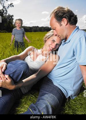 Famille profiter d'une bonne heure dans un champ. Banque D'Images