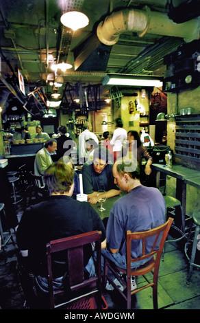 PARIS FRANCE, adultes partageant un verre au bar de style ancien sous-sol thématiques Section Matériel du Magasin Banque D'Images