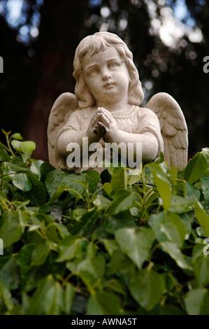 Statue d'un Ange priant à un cimetière de Hurley, West Midlands, Angleterre, Royaume-Uni, Europe Banque D'Images