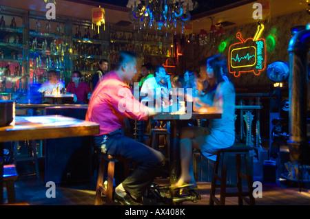 La Chine, la province de Hainan, l'île de Hainan, la ville de Sanya. Chinese man dans une discothèque. Banque D'Images