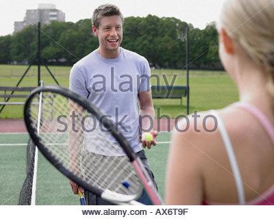 L'homme et la femme sur un court de tennis Banque D'Images