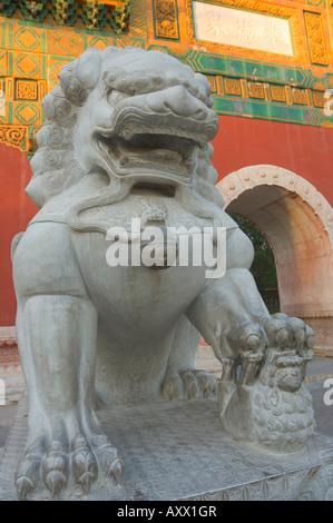 Statue et gate, le parc Beihai, Beijing, China, Asia Banque D'Images