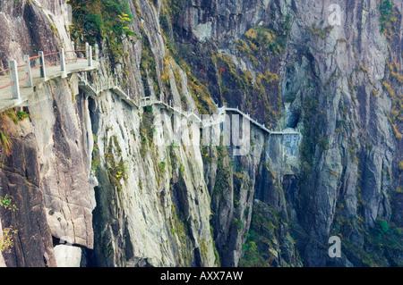 Sentier le long de roche, nuage blanc scenic area, Huang Shan (la montagne jaune), la Province de l'Anhui, Chine Banque D'Images