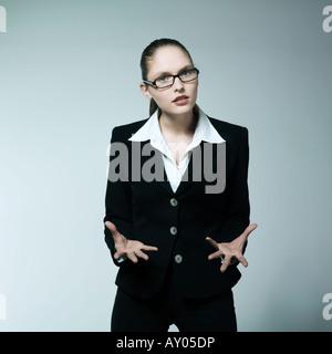Portrait Portrait d'une belle jeune femme en colère dans un costume costume Banque D'Images