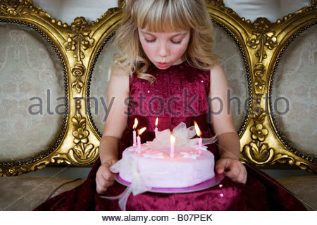 Little girl holding a 10-12 Banque D'Images