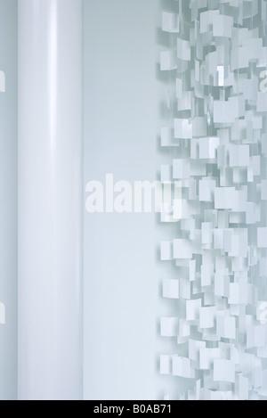 Rideau en plastique blanc et de la colonne, cropped view Banque D'Images