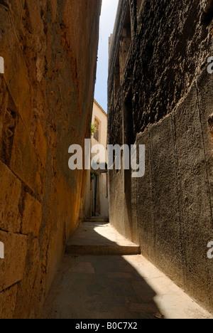 Une belle vue sur la rue étroite à la vieille ville de La Canée, Crète, Grèce, Europe. Banque D'Images